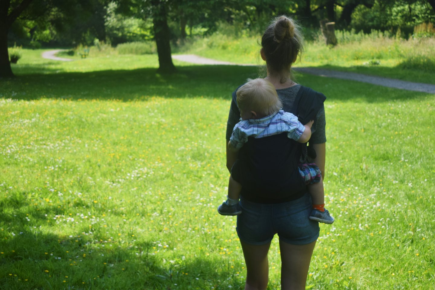5 tasks made easier by babywearing