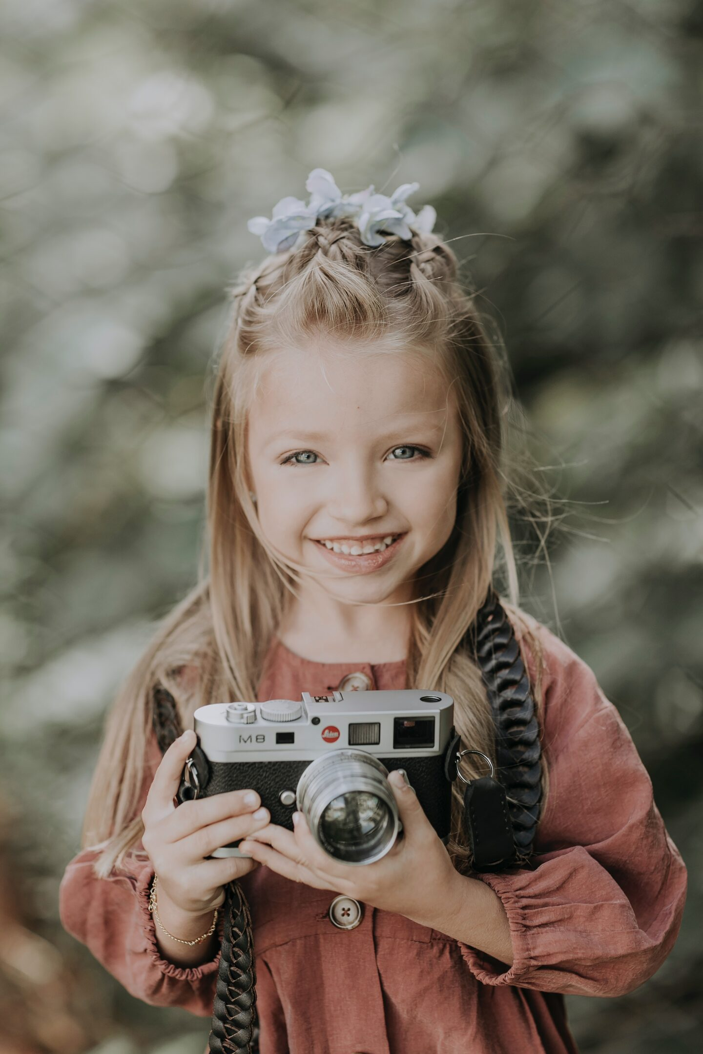girl-with-camera-adventure
